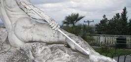 памятник ахиллесу со стрелой в пяте